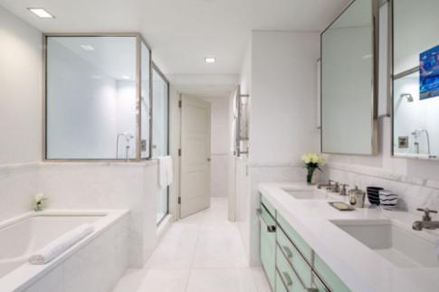 Học khách sạn 5 sao giữ phòng tắm trắng sạch như mới