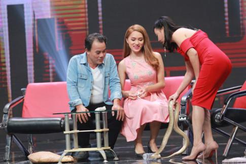 Hương Giang Idol bị ép ôm cả con trăn trên sân khấu