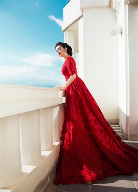 Mặc màu đỏ đẹp như Lý Nhã Kỳ, Phạm Hương, Thu Thảo để cả năm may mắn