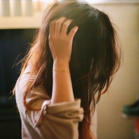 Mẹo giúp bạn thoát khỏi mái tóc bết dầu chỉ trong 2 phút mà không cần gội