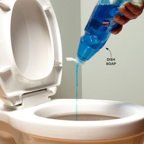 Mẹo thông tắc bồn cầu bằng nước rửa bát, chỉ 20 phút là sạch sẽ