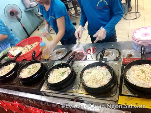 Thưởng thức bánh xèo chính gốc Bình Định thơm nức mũi ở Sài Thành