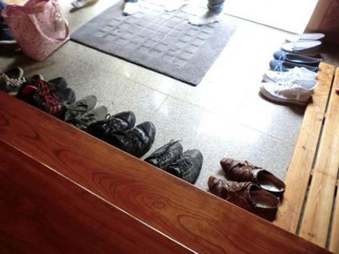 Vì sao người châu Á thường bỏ dép ngoài cửa trước khi vào nhà?