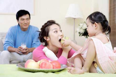 8 thói quen thời hiện đại của bố mẹ làm hỏng con