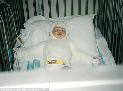 Bé gái 14 tháng tuổi bị mẹ ném vào lò nướng lớn lên vẫn xinh đẹp đáng yêu
