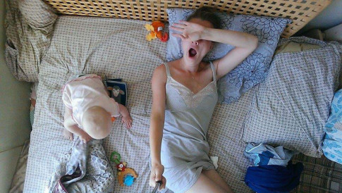 Cả ngày 'đầu bù tóc rối' của mẹ bỉm sữa khiến triệu phụ nữ đồng cảm