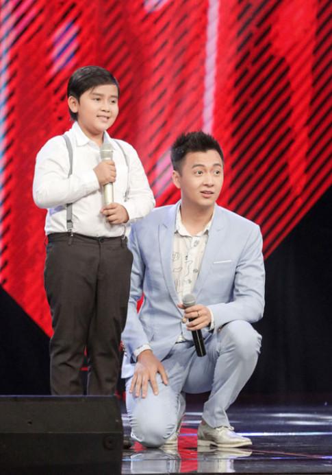 """Cậu bé nghèo hát dân ca khiến HLV The Voice Kids """"phát cuồng"""""""