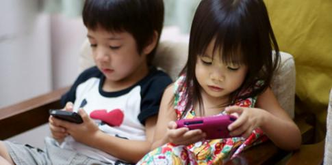 """Cho con cầm điện thoại xem clip , bà mẹ trẻ """"choáng váng"""" khi phát hiện thứ bé đã xem"""