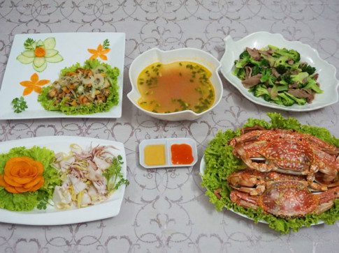 Đãi chị em bữa cơm 20-10 nhiều hải sản