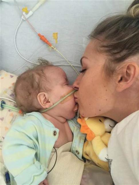 Hành động của bà mẹ trẻ sau khi con qua đời khiến ai cũng nghẹn lòng