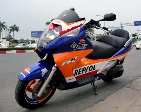 Honda Silver Wing khoác 'áo' Repsol ở Sài Gòn