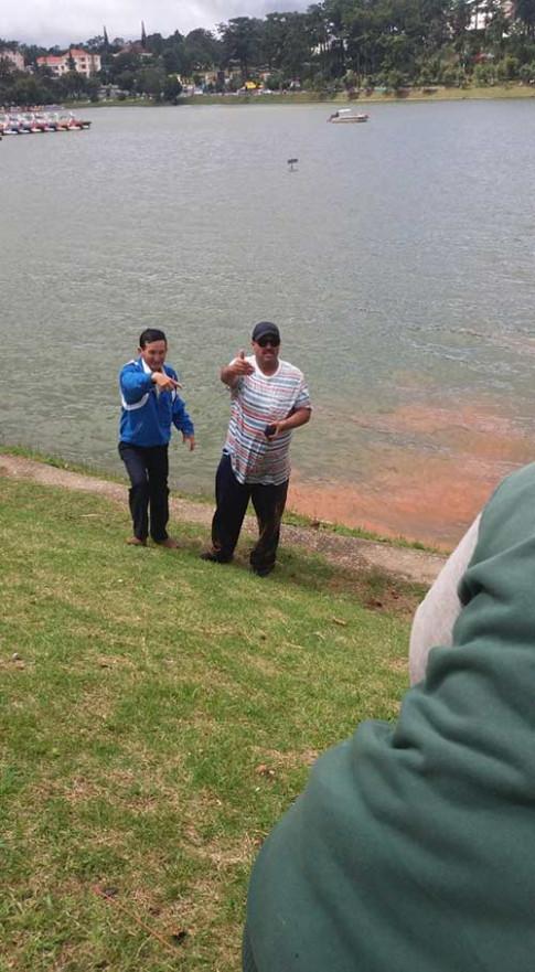 Mẹ lơ đễnh để con một mình trong xe đẩy bị gió thổi lăn xuống hồ