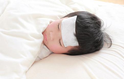 Những cách hạ sốt khiến bé bệnh thêm nặng
