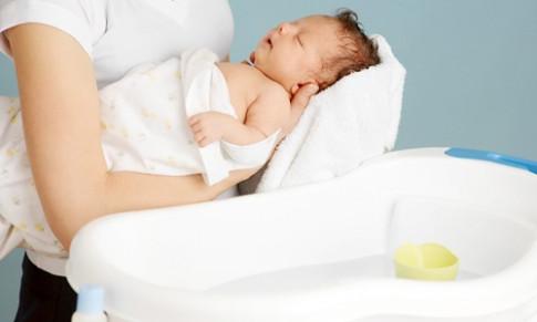Những điều cha mẹ cần nắm vững khi vệ sinh cho trẻ sơ sinh