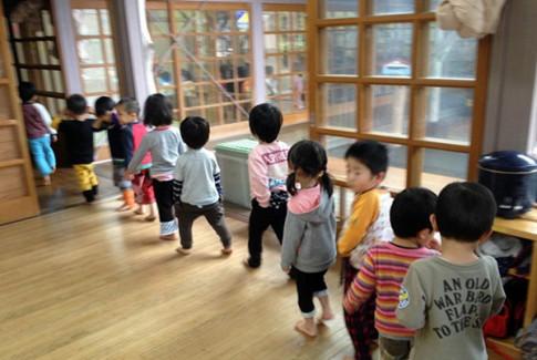 """""""Tâm phục khẩu phục"""" cách cha mẹ Nhật khiến trẻ chẳng bao giờ ăn vạ"""