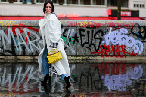 Mac troi mua, street style o Paris Fashion Week van dep ron rang