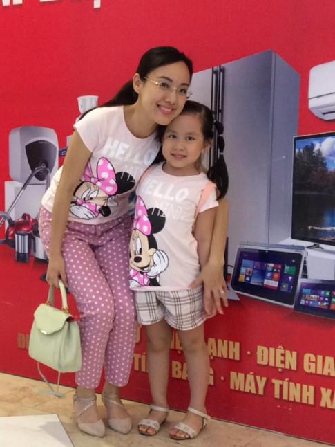 Thời trang giản dị mà đẹp miễn chê của mẹ con BTV Hoài Anh
