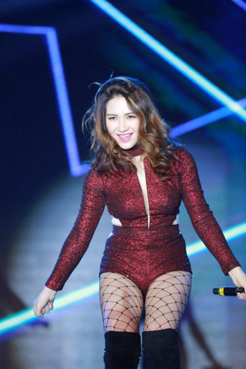 Thời trang sao Việt xấu: Sexy đột phá nhưng Hòa Minzy lại lộ quá nhiều mỡ thừa