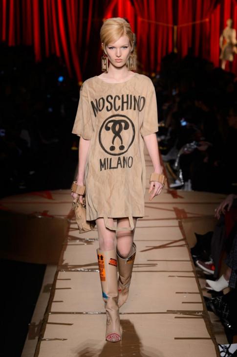Túi xách hình cuộn giấy vệ sinh, mũ như chổi lông gà chắc chỉ Moschino mới nghĩ ra