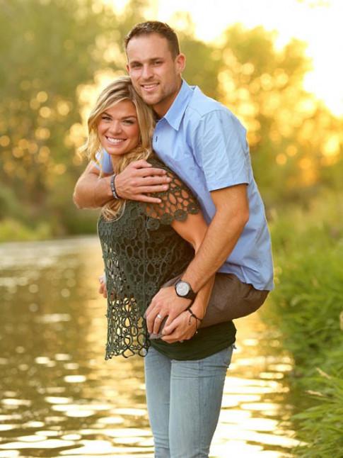 Bức ảnh vợ cõng người chồng không chân tạo cơn sốt trên toàn thế giới