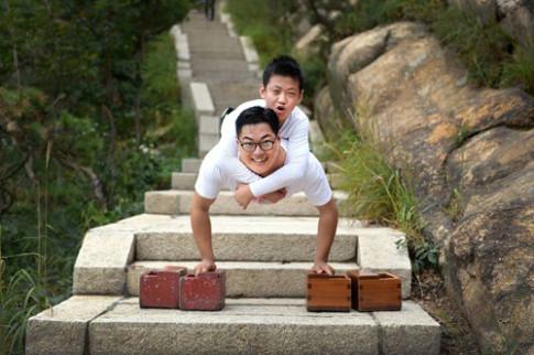 Cậu bé cụt 2 chân vẫn leo núi cao hơn 1 nghìn mét bằng tay