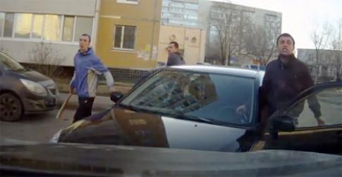Côn đồ vác gậy xử taxi