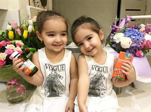 Đây là hai cô bé song sinh sở hữu triệu fan trên thế giới vì đẹp như búp bê sống