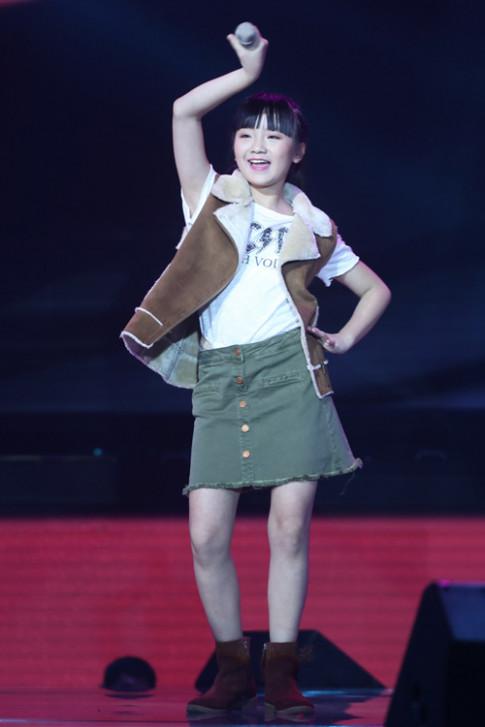 Đông Nhi khóc nấc vì học trò The Voice Kids bị chỉ trích