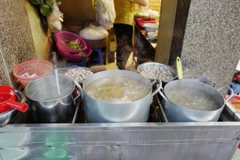 Gánh bún mọc nuôi các em của người chị ở phố cổ Hà Nội