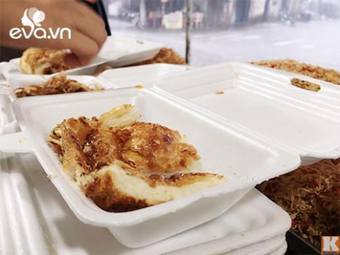 """Hàng bánh mì nướng muối ớt ngon nhất Sài Gòn: Ngày bán """"chơi"""" cũng được 300 ổ"""
