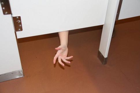 Hoá ra cửa nhà vệ sinh công cộng luôn có khoảng hở vì những lý do bất ngờ này