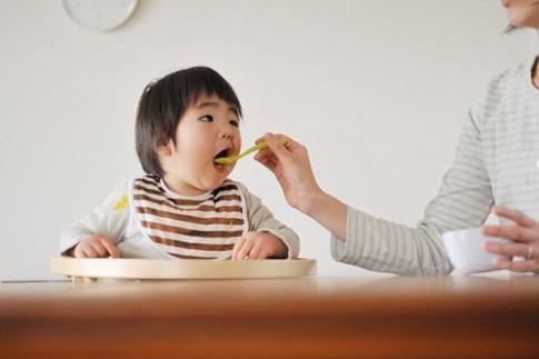"""Mẹ """"khôn"""" phải biết cho con ăn chậm"""
