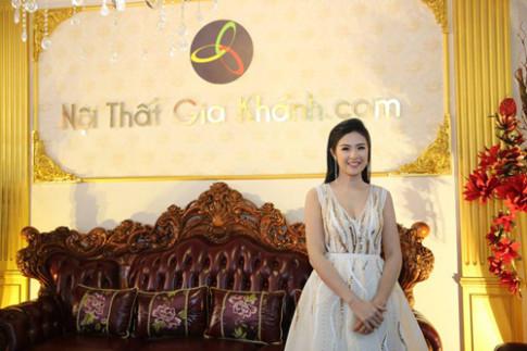 """Ngọc Hân rạng rỡ bên bộ """"Sofa tân cổ điển lớn nhất Việt Nam"""""""