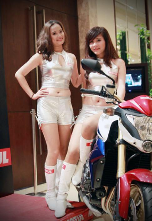 Người đẹp bên Honda CB1000R Tricolour