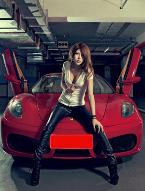 Người đẹp gợi cảm bên Ferrari
