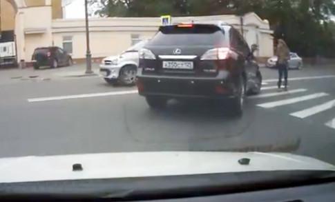 Người đẹp nổi giận với chiếc Lexus khiếm nhã