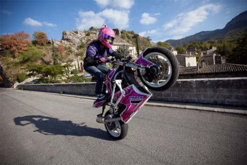 Người đẹp và những trò mạo hiểm với môtô