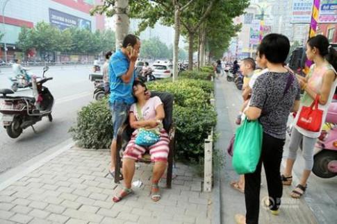 Những vụ tai nạn thương tâm của trẻ nhỏ chỉ vì cha mẹ mê điện thoại