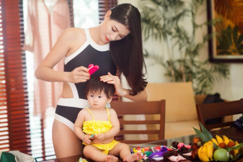 Trang Trần hạnh phúc khoe đường cong bên bể bơi cùng con gái