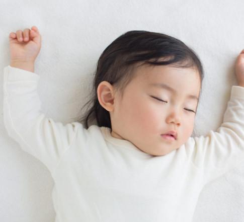 Trẻ khóc ngằn ngặt vì khó ngủ, cha mẹ cần nắm vài mẹo sau