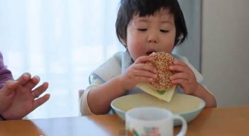 Tròn mắt: clip bé Nhật ăn cực siêu