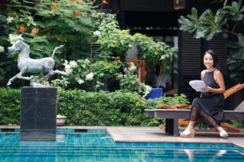 Vợ chồng Đoan Trang khoe con gái trên phim trường