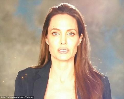 Angelina Jolie tự tin lộ diện trước công chúng sau 2 tháng đòi ly hôn với Brad Pitt