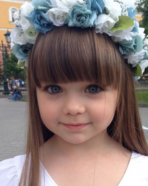"""Bé gái đang khiến dân tình """"chao đảo"""" vì gương mặt xinh đẹp không góc chết"""