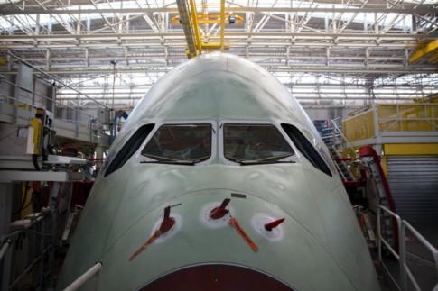 Bên trong xưởng lắp ráp khổng lồ của Airbus: rộng 185 mẫu, đủ sức chứa cùng lúc 8 máy bay A380