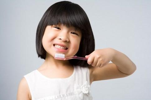 """Chăm sóc răng cho con sai cách, chẳng mấy chốc bé sẽ """"móm cả hàm"""""""