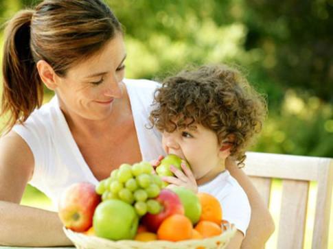 Cho trẻ ăn hoa quả thay rau có được không?