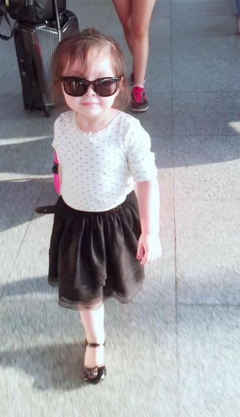 Con gái Elly Trần sành điệu như thiếu nữ ở sân bay