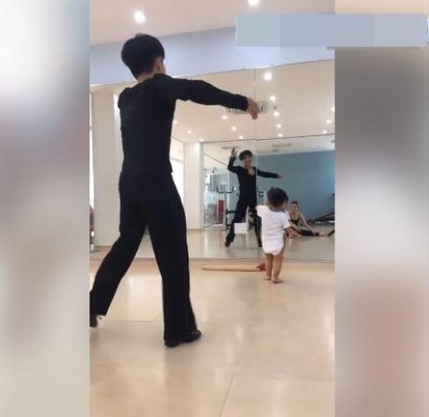 Con trai Khánh Thi 'cong mông' tập nhảy với bố mẹ hết sức đáng yêu