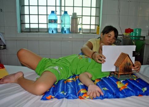 """Cuộc sống """"sôi động"""" của bé trai Việt 8 năm liền sống nhờ ống thở khiến y học kinh ngạc"""